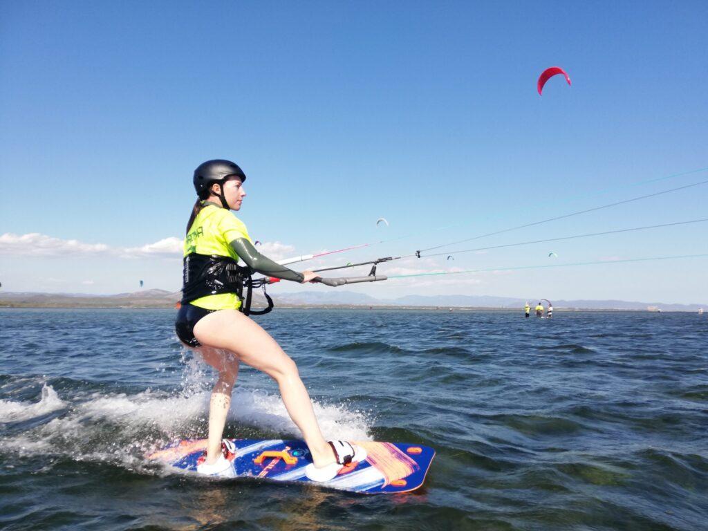 Imparare il kitesurf con acqua piatta e bassa a Punta Trettu in Sardegna