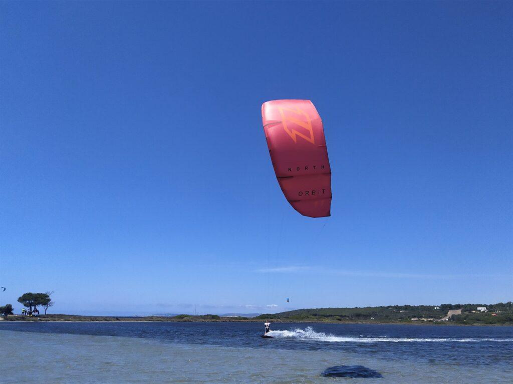 Kitesurf a Punta Trettu in Sardegna, il miglior kite spot con acqua bassa e piatta